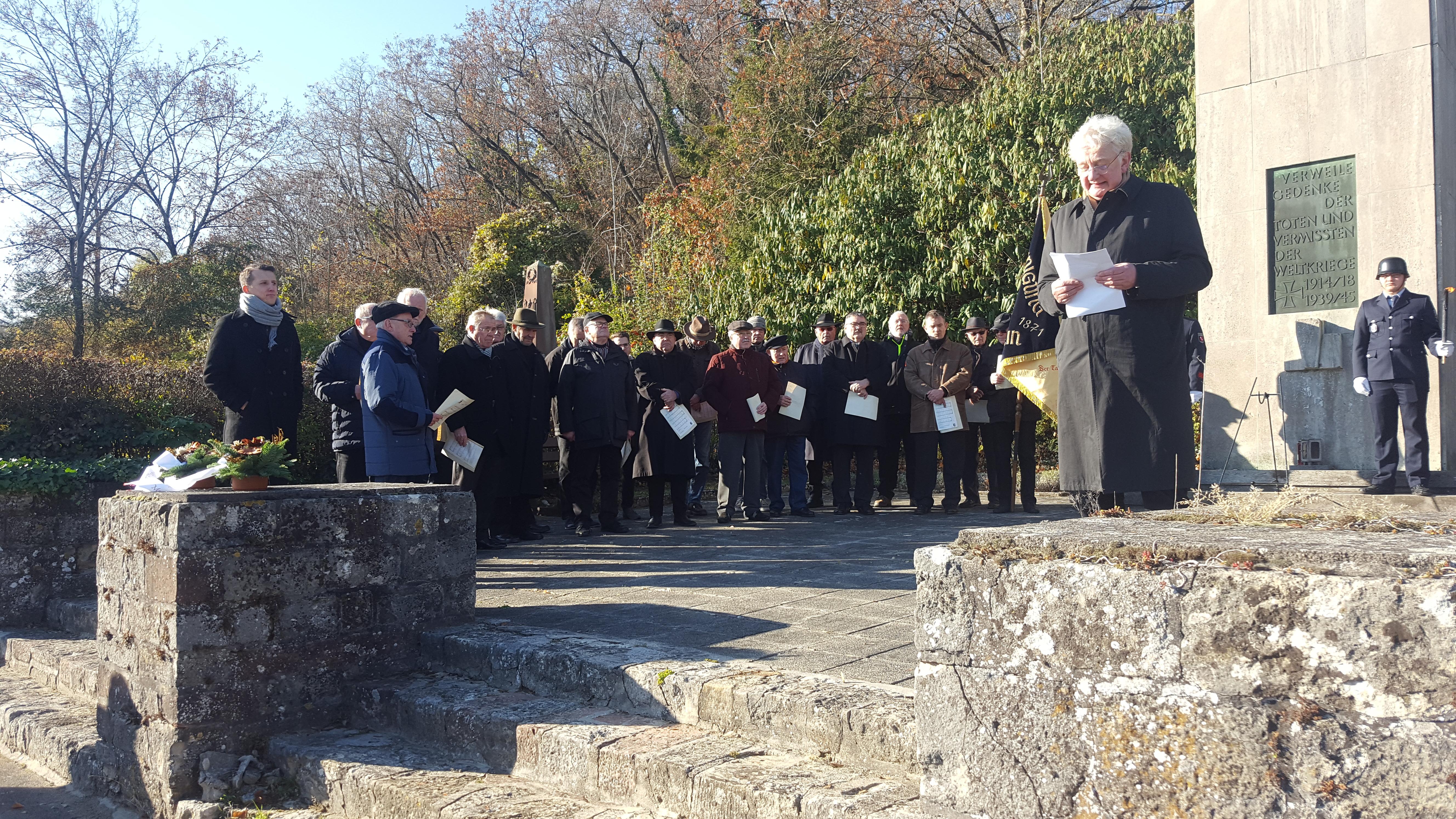 Gerd Strotkötter begrüßt die Laubenheimer Sänger zur Gedenkfeier auf dem Friedhof.